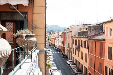 Una delle zone più belle e centrali di Bologna! - Lejlighed