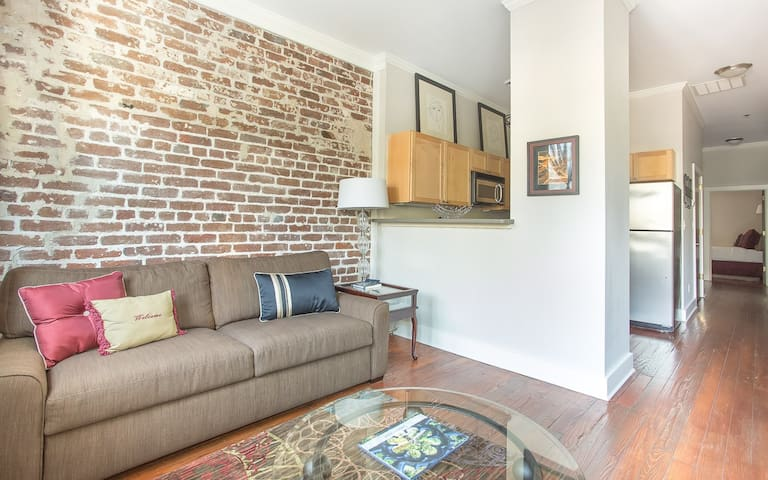 Flexible Deposit/Refund Policies: Downtown Condo Steps to River Street!