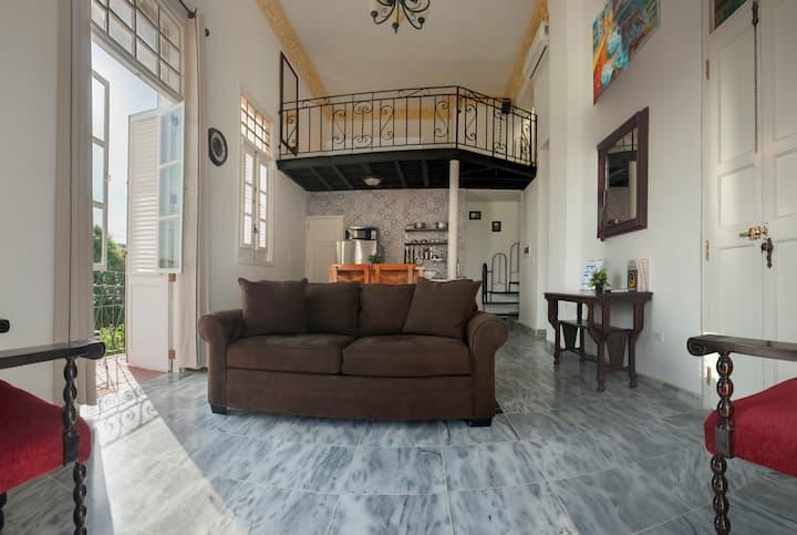 Colonial Balconies in Lovely Corner -Loft & Roof-