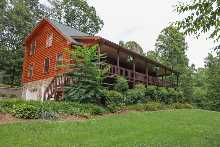 Private Log Cabin w/ hot tub 10 min from DT
