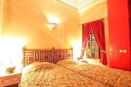 Riad Puchka Marrakech 2 beds in red room piscine - Marrakesh - Bed & Breakfast