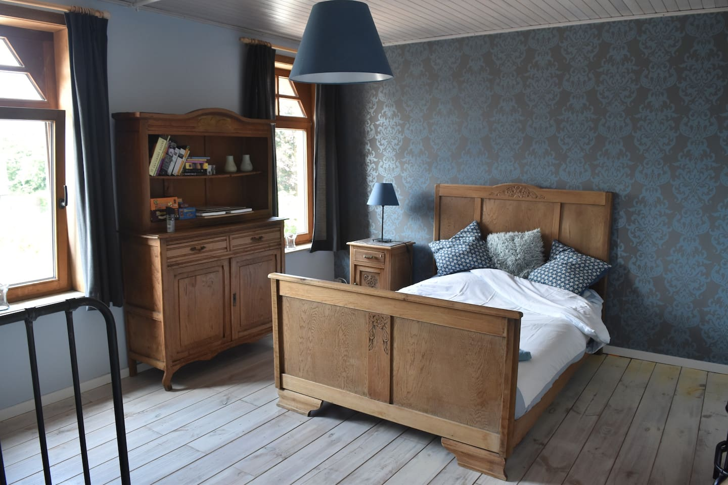 Nice cosy room with a rather small but very comfortable double bed
