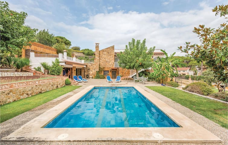Holiday cottage with 4 bedrooms on 320 m²