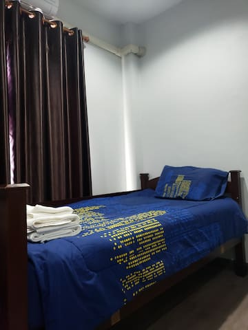 spacious 2 twin beds private room near airport.