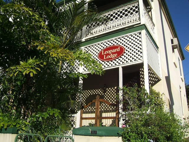Leopard Lodge, Heritage. Double bed - Kangaroo Point - Townhouse