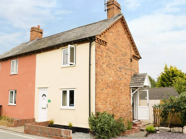 2 CANAL VIEW, pet friendly, with open fire in Llanymynech, Ref 987317