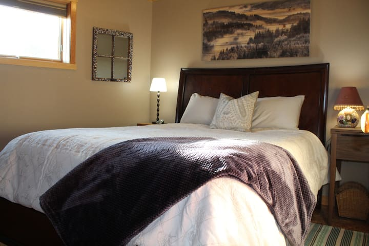 Queen bed with great Rocky Mountain views.  Heated mattress cover for added comfort.