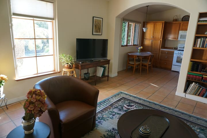 Charming guest house waits for you. - Santa Barbara - House