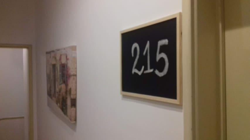 Pormenor da decoração na entrada do quarto 215.