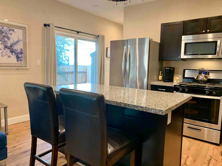Steps from Downtown Vacaville w/Hot tub!