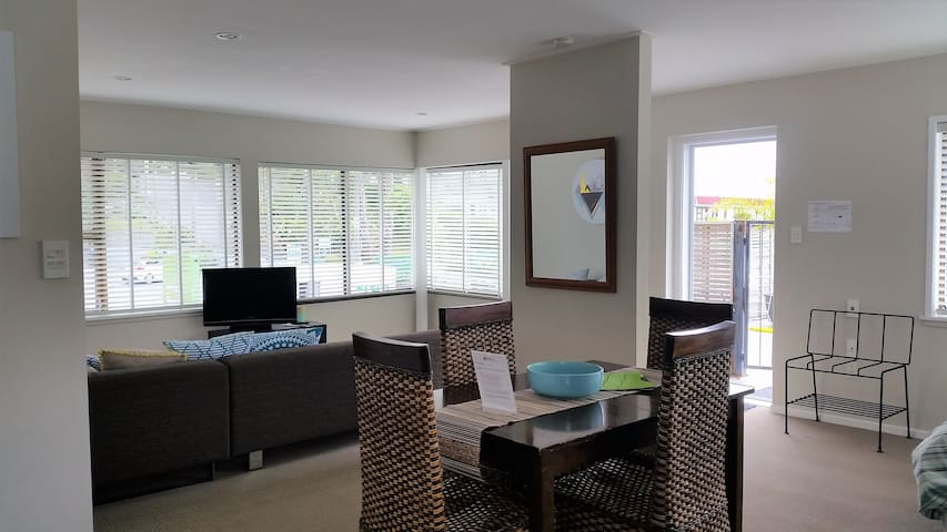 Spacious, sunny apartment in the heart of Paihia