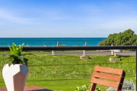 Opposite the beach, Ocean views - Central location