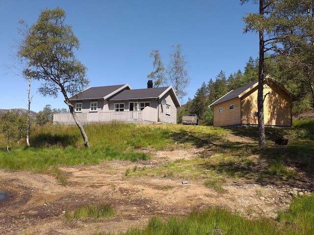 Sjarmerende hytte ved Brelandsvannet