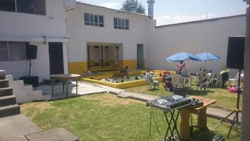 Dormitorio y piscina termal