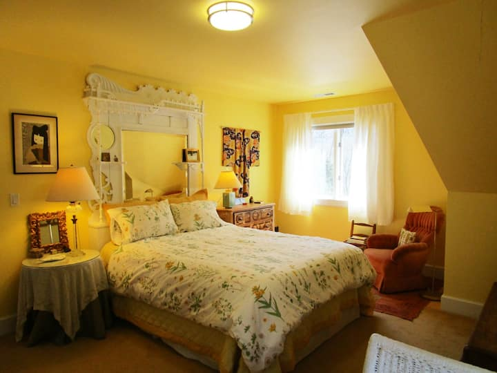Mine Hill Romantic Getaway West Room