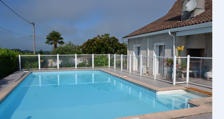 CHAMBRE D'HOTE  2 sdb  WC , très  lumineuse, calme - Labastide-Monréjeau - House