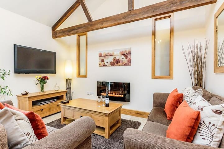 South Hill Cottage Sleeps 4  a comfortable converted barn with open beams offers a truly warm welcome.