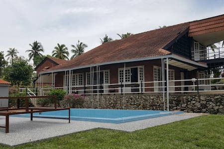 De Shahruls -Sanctuary by the sea with a pool view