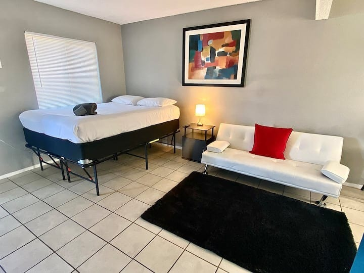 Artist Suite Minutes to Strip, DTLV & Airport!