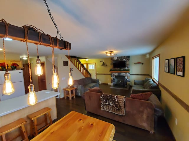 Timber Lodge! Up to 16ppl.Great location| Specials