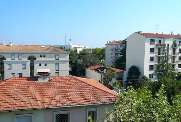 Grand balcon sur cour avec vue dégagée