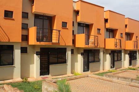 House 100 Kensington Heights Kyanja - Кампала - Квартира