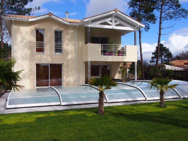 Villa et piscine chauffée securisee