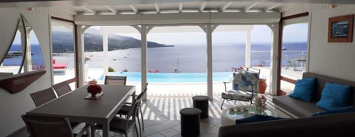 Splendide villa, piscine à débordement et vue mer