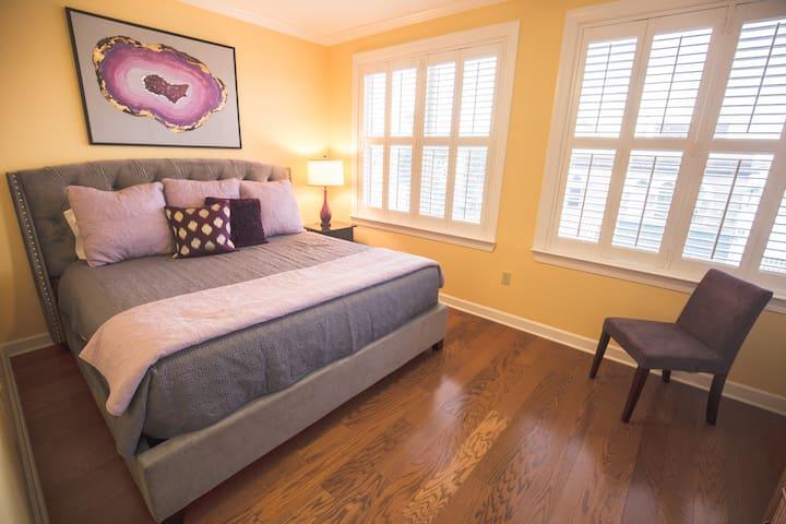 Beale 2 blocks, GARAGE, KING bed, PVT BATH,balcony