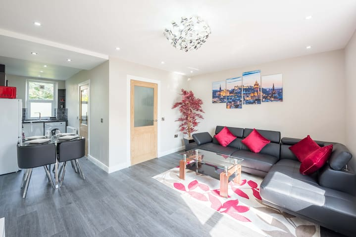 ★ Stunning Open Plan Apt | Close to Everything ★