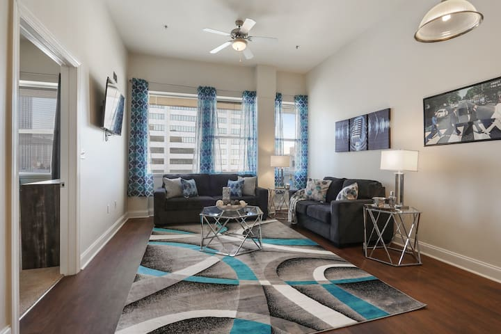 Rockin' Downtown NOLA! High rise Condo Sleeps 4!