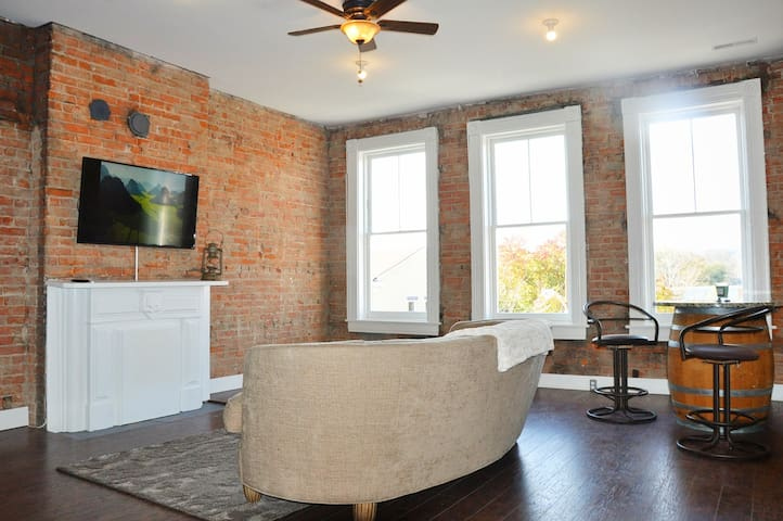 Trendy Henderson Loft Downtown Covington