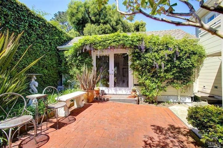 Sunny Cottage by Sausalito Waterfront