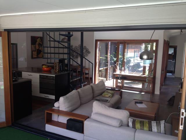 Modern house with swim pool 15 mins from CBD