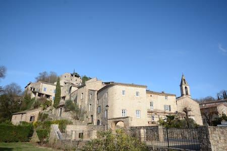 Superbe magnanerie rénovée au cœur du village - Rochegude - 独立屋