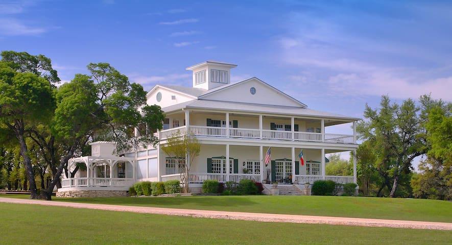 AAA Four Diamond Inn - Oak Grove Cottage