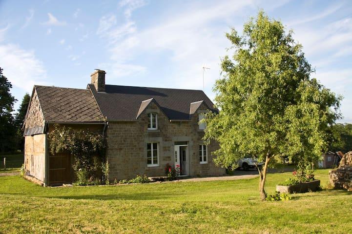 Maison typique en pierres, au calme, grand jardin - Isigny-le-Buat - Hus