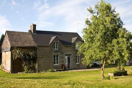 Maison typique en pierres, au calme, grand jardin - Isigny-le-Buat - Huis