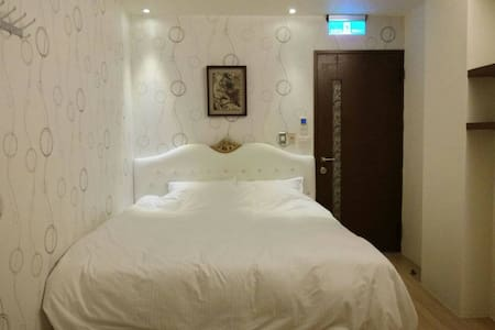 浪漫雙人房,台中七期鄰近新光三越,大遠百,公益美食圈,秋紅谷等 - Nantun District - House