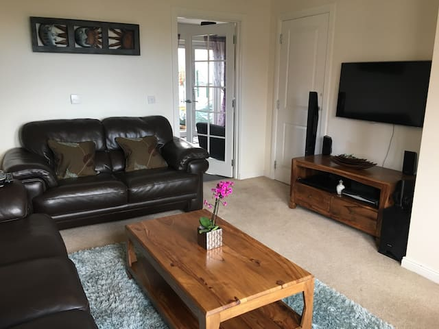 Modern, spacious detached home with parking - Inverness  - Hus