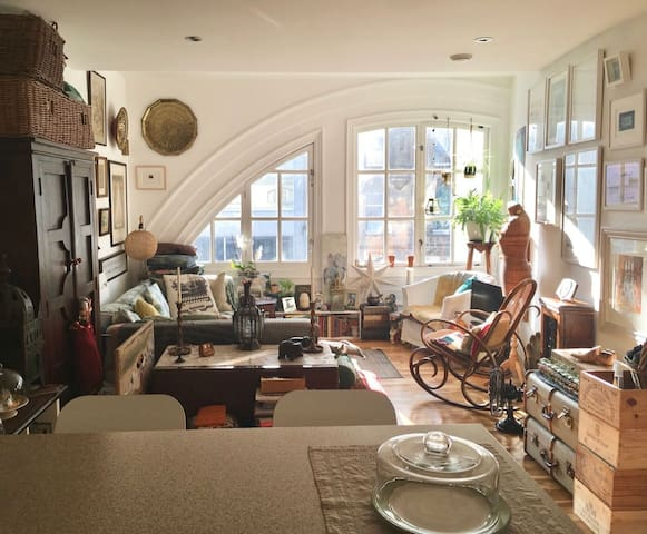 Eclectic artist apartment in the heart of the city