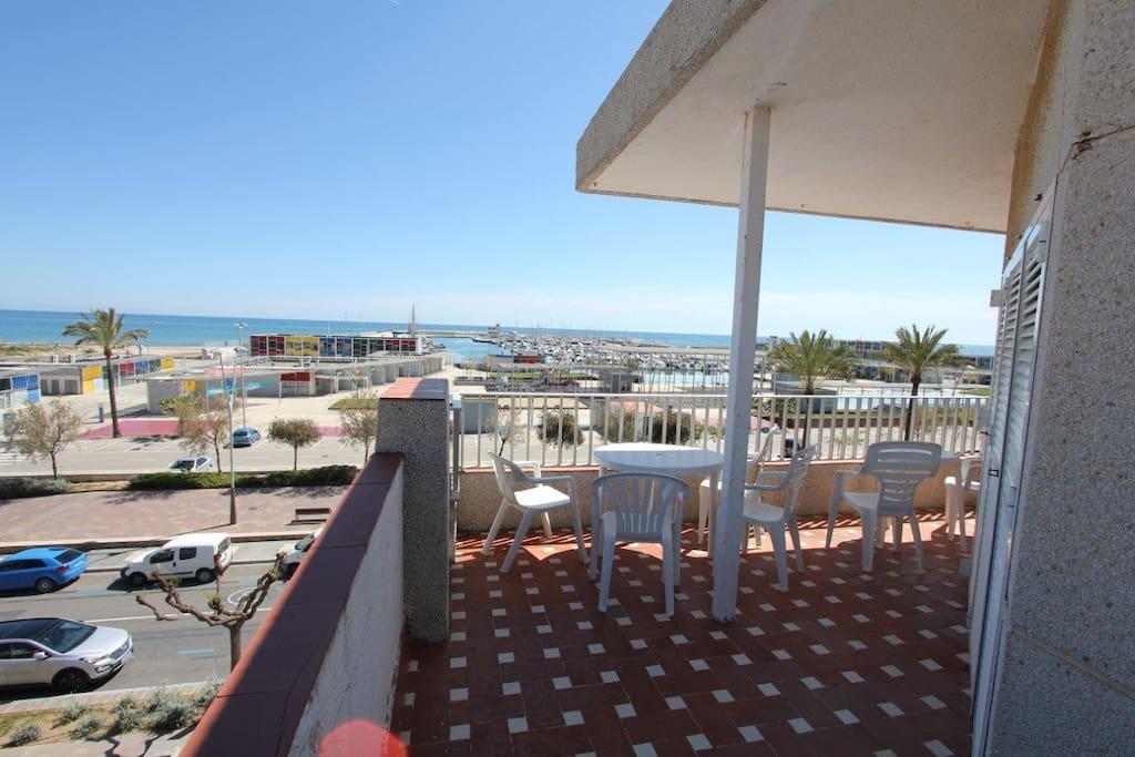 Gran terraza amueblada con vistas al mar