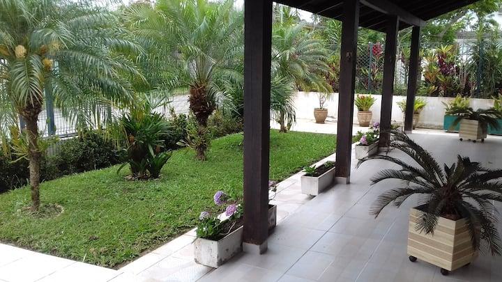 Casa 3 Dorm. e mezanino na q. da praia-Cachoeira