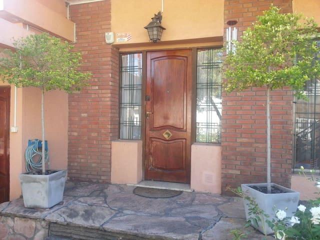 Hermosa Casa en Alberdi.(HAB PRIVADAS ) - Rosario - Rumah