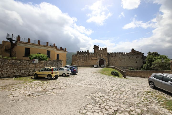 Eccoci arrivati al castello con ampio spazio per il parcheggio