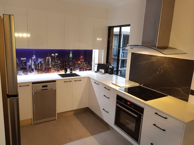 The Manor- Huge Central Apt/Free wifi