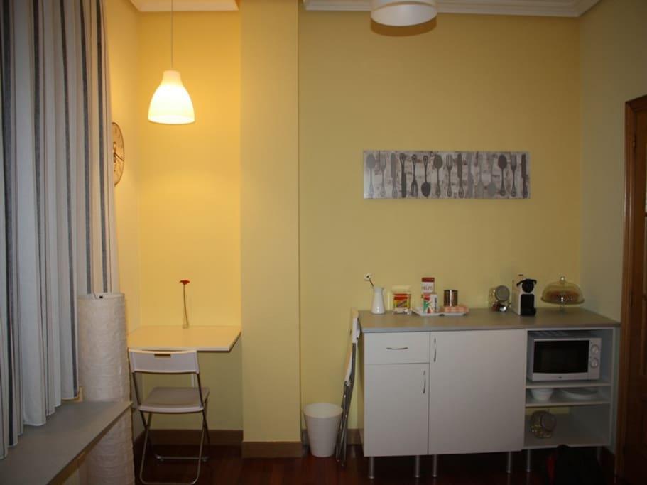 Desayuno, cafetera, microondas, frigo y mesa plegable