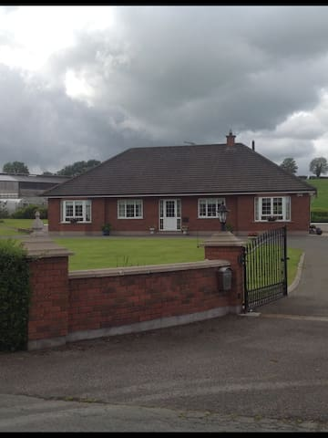 Modern house, good location and parking - Emyvale - Bed & Breakfast