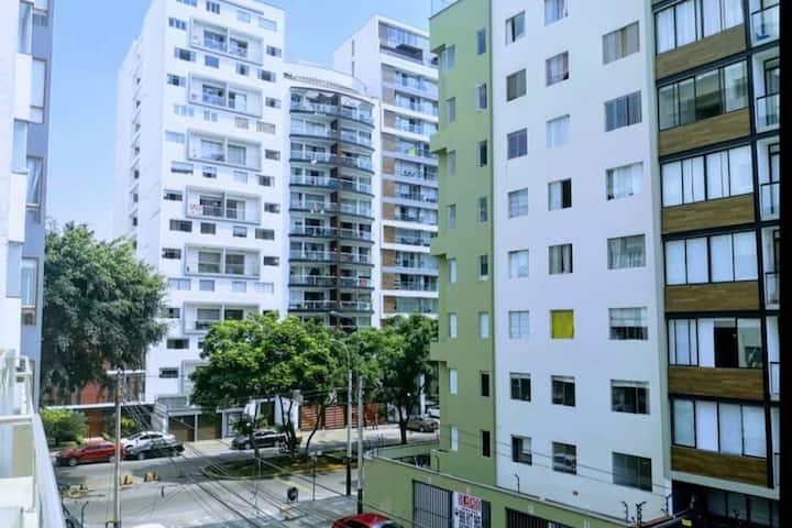 Habitación con baño privado frontera Miraflores.