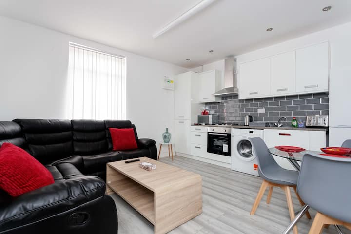 3 Bed, Sleeps 8-Deluxe-Apartment-Ensuite with Show
